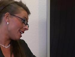 Sexy Susi fickt im Arbeitszimmer